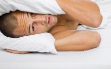 Мужчина закрылся подушкой