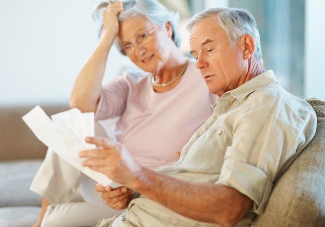 Пенсионеры читают документы