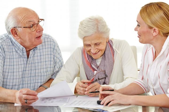 Девушка и пенсионеры