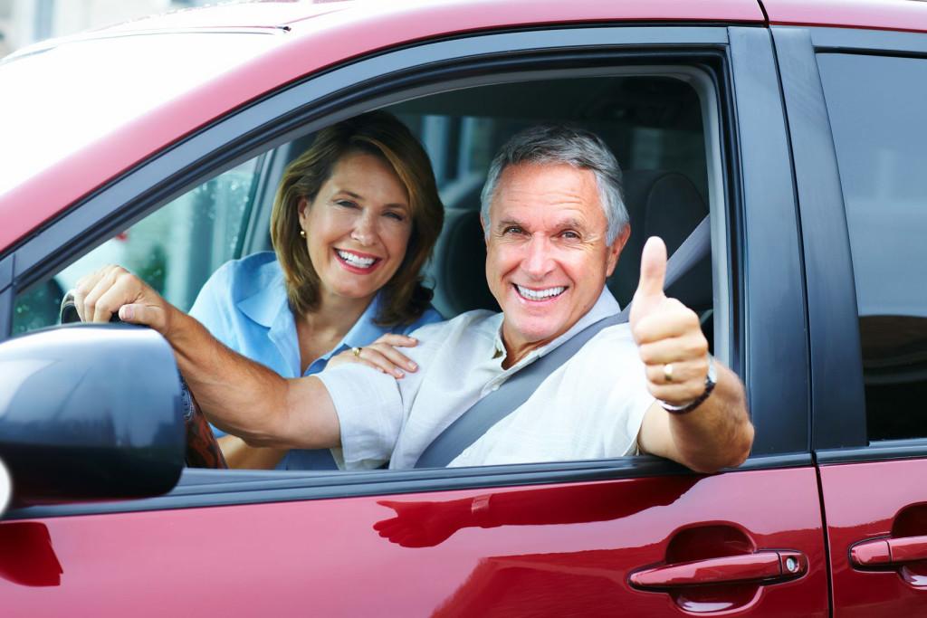 Мужчина и женщина в машине