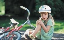 Девочка упала с велосипеда