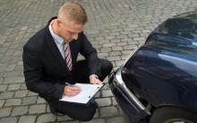 Мужчина проверяет автомобиль