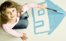Девочка рисует домик