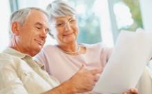 Мужчины и женщины читают документы