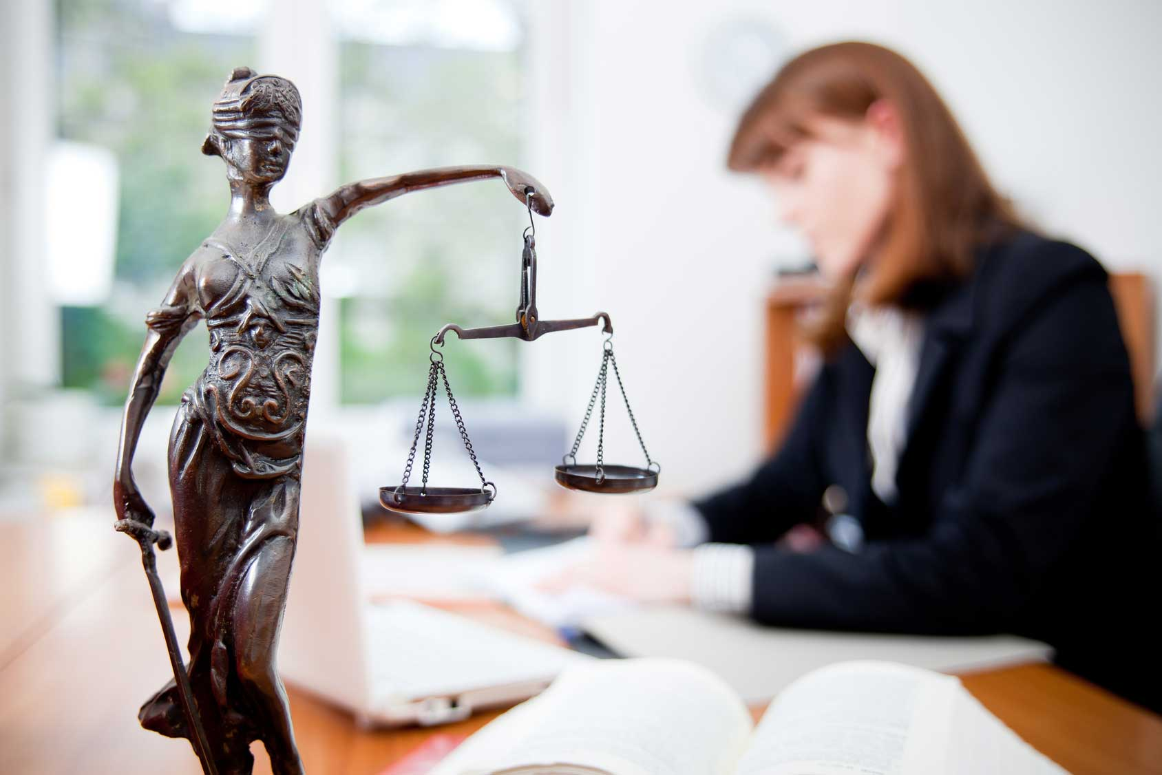 Кем может работать юрист – 8 вариантов смежной работы