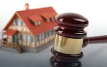 Судебный молоток и дом